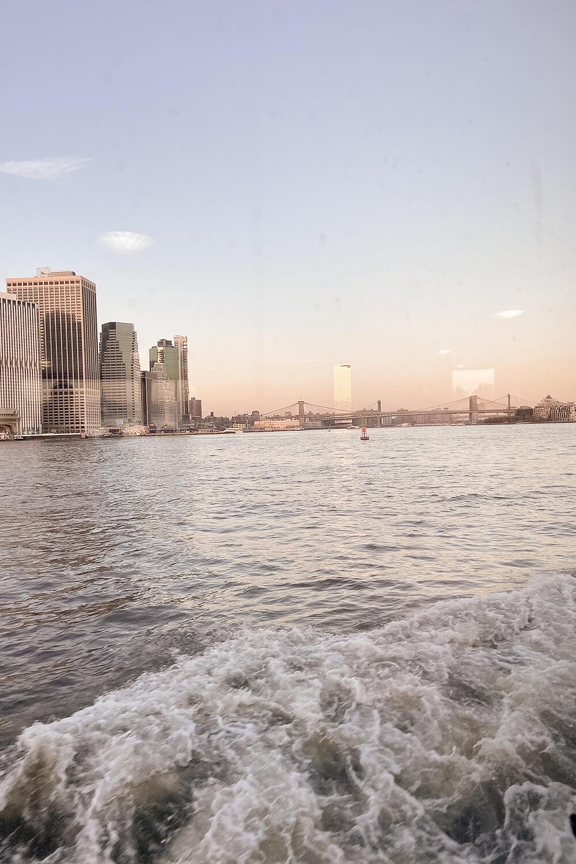 Blick auf New York vom Boot