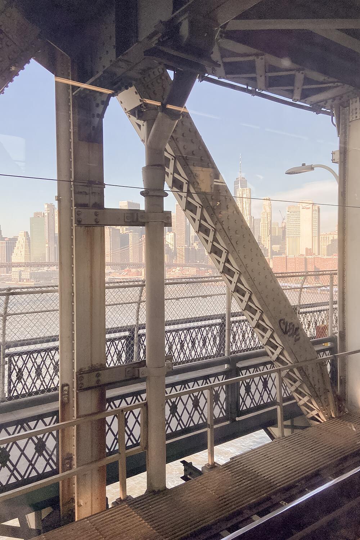 Metro über Brooklyn Bridge in New York
