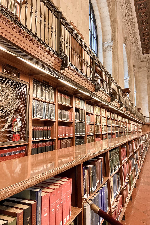 Bücherregal in der New York Public Library