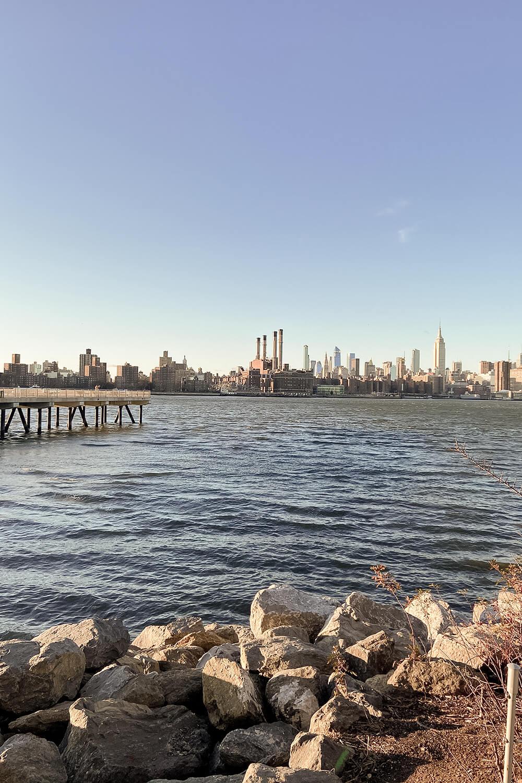 Ausblick auf die Manhattan Skyline vom Williamsburg Waterfront Pier