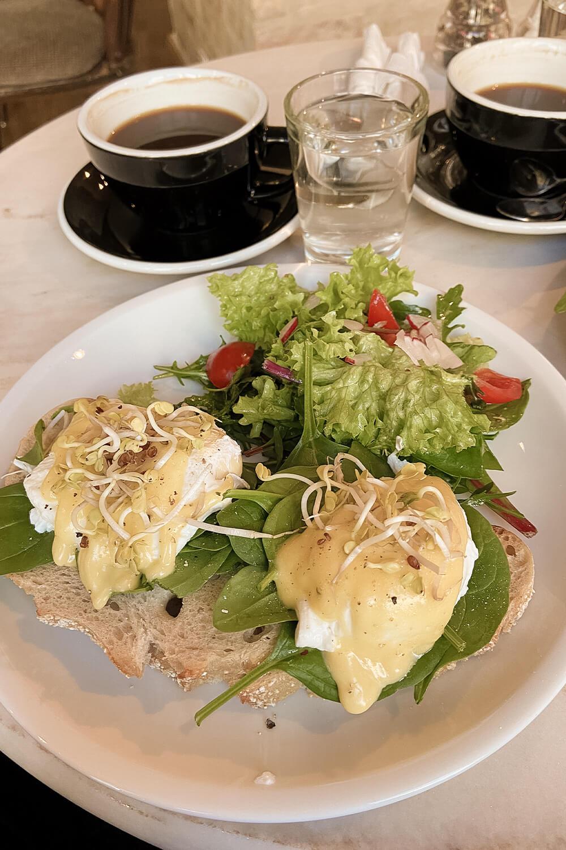 Eggs Benedict mit Kaffee