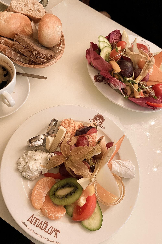 Vegetarischer und veganer Frühstücksteller im Anna Blume in Berlin-Prenzlauer Berg