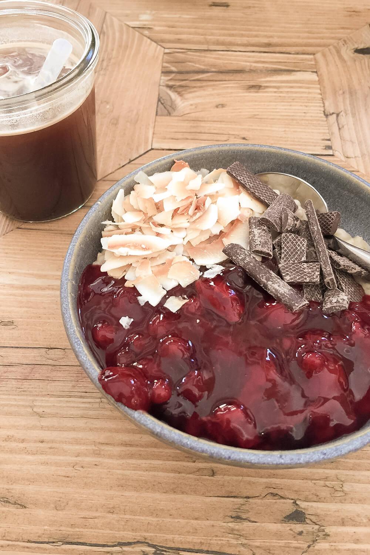Porridge-Bowl mit Kokos, Kirschen und Schokolade im Haferkater in Berlin-Prenzlauer Berg