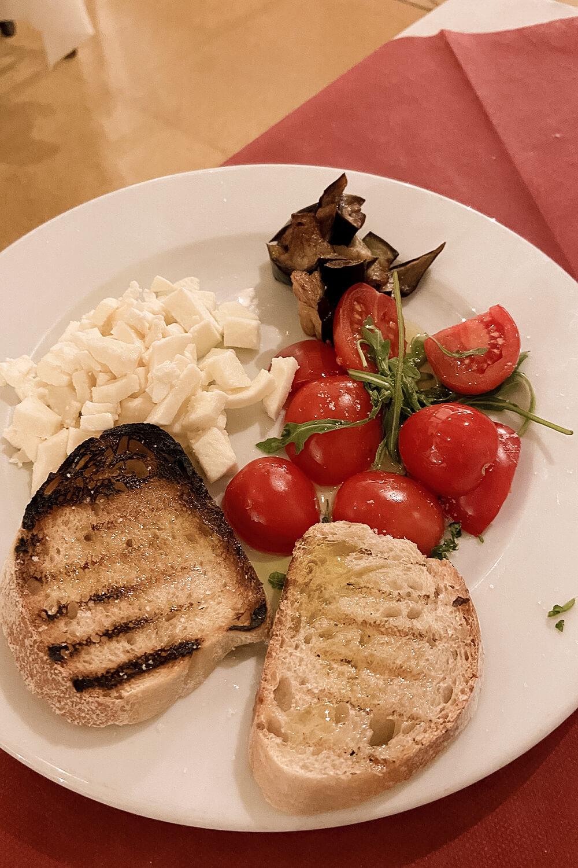 Italienische Tomaten, Mozzarella, Aubergine und gegrilltes Brot mit Olivenöl