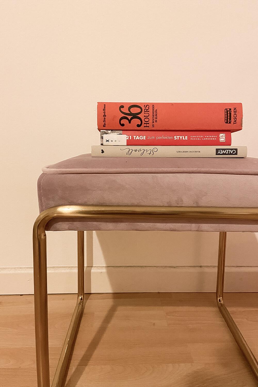 Bücher auf Sessel