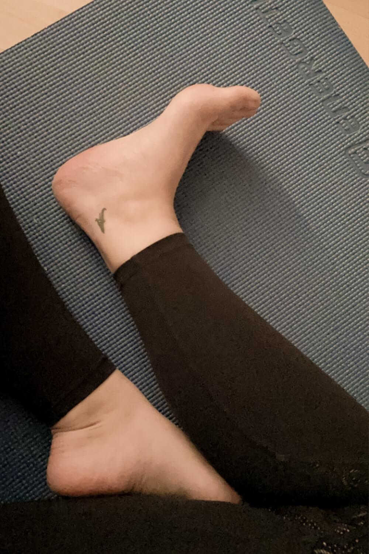 Beine auf Yogamatte
