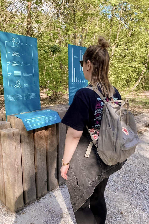 Frau an Infoinsel im Grunewald