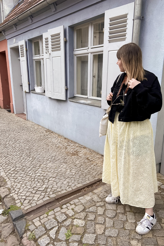 Frau in der Altstadt in Werder an der Havel