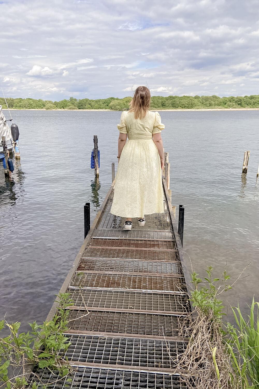 Frau auf Steg an der Havel in Werder an der Havel