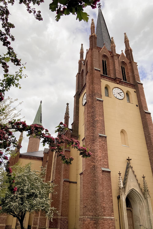 Direkter Blick von vorne auf die Heilig-Geist-Kirche in Werder an der Havel