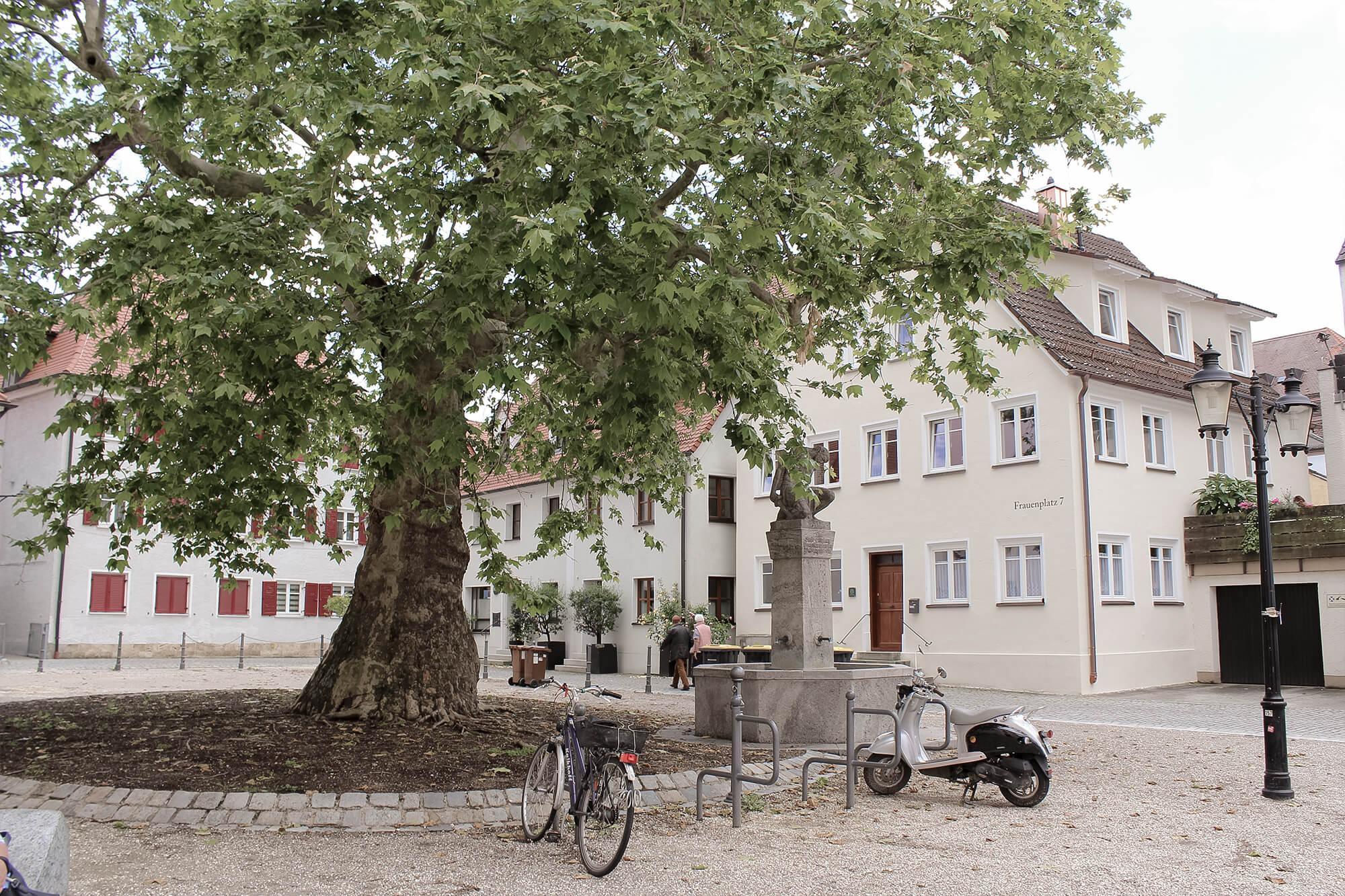 Kirchplatz vor Frauenkirche in Günzburg