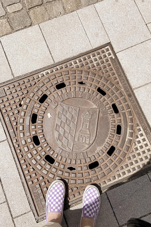 Wappen auf Gullideckel in Günzburg