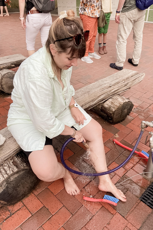 Füße waschen im Barfußpark Beelitz