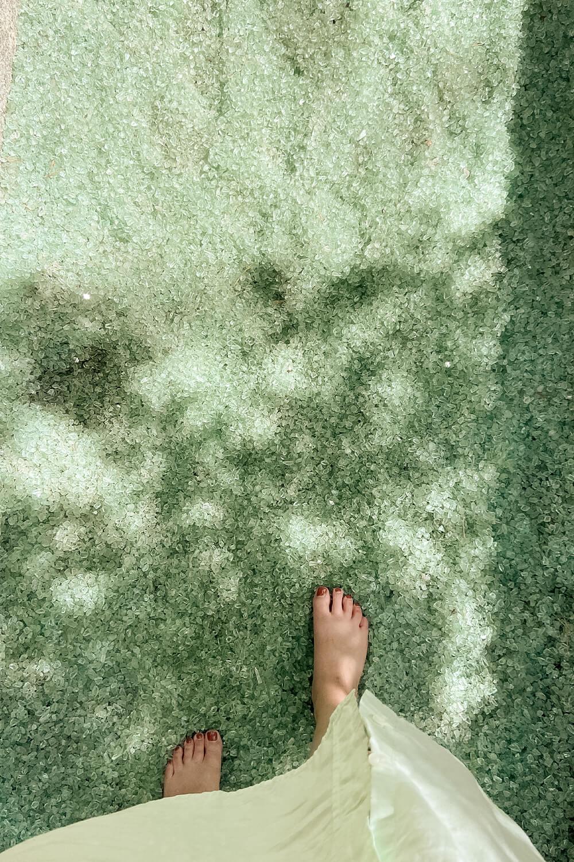 Laufen auf Glas im Barfußpark Beelitz