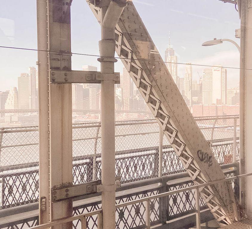 Blick auf Manhattan aus der Ubahn in New York