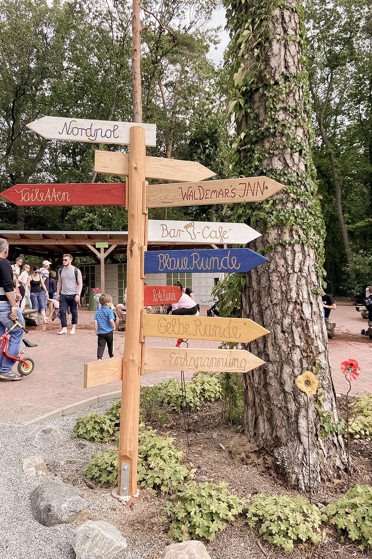 Wegweißer im Barfußpark Beelitz