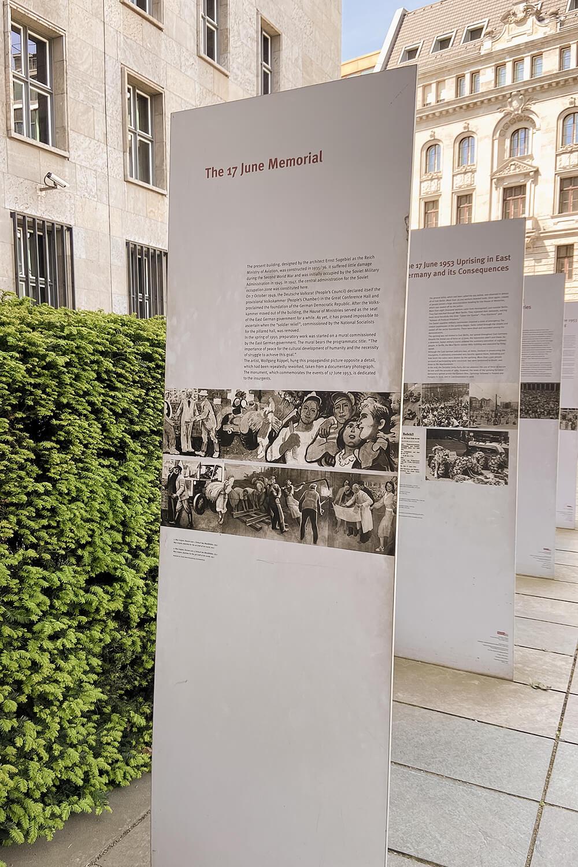 Infotafeln am Platz des Volksaufstandes