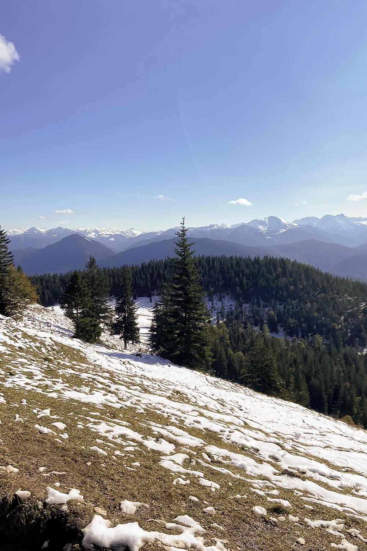 Blick über schneebedeckte Weiden am Jochberg
