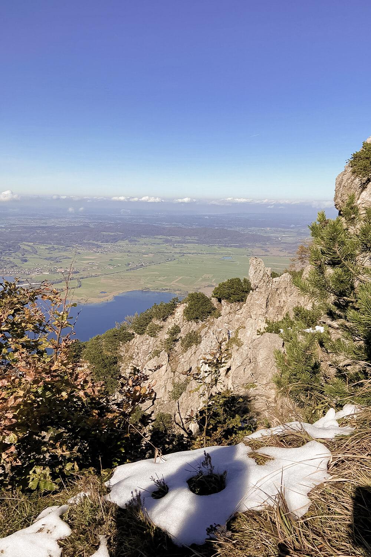 Blick über Felsenwand auf Kochelsee vom Jochberg