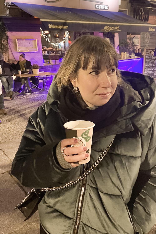 Glühwein trinken vor dem Café Chagall in Berlin