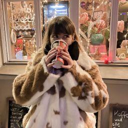 Frau beim Glühwein trinken in Berlin-Wedding