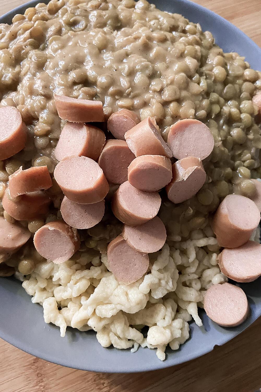 Wienerl/Saitenwürstchen auf schwäbischen Linsen