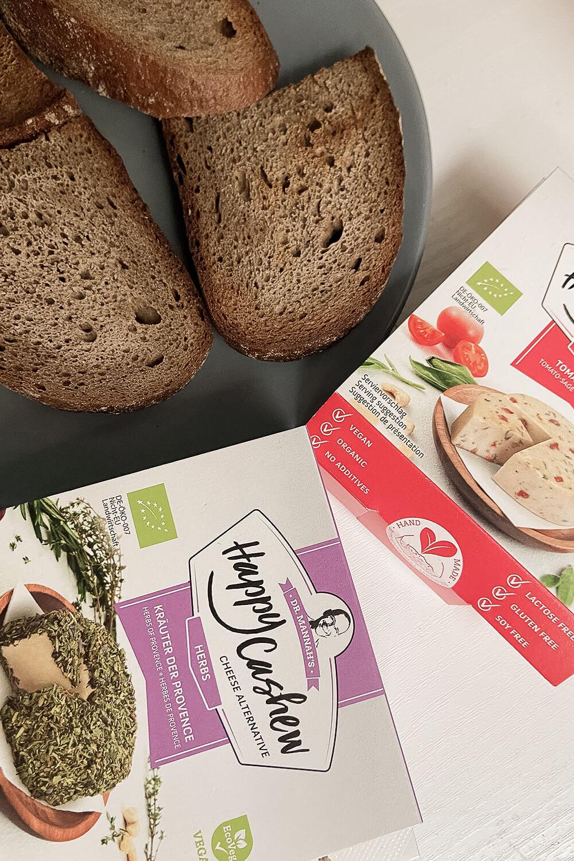 Happy Cashew veganer Käse mit Brot