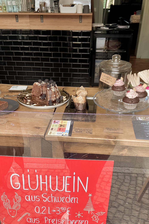 Kuchenauslage vom Café Lukas in Potsdam
