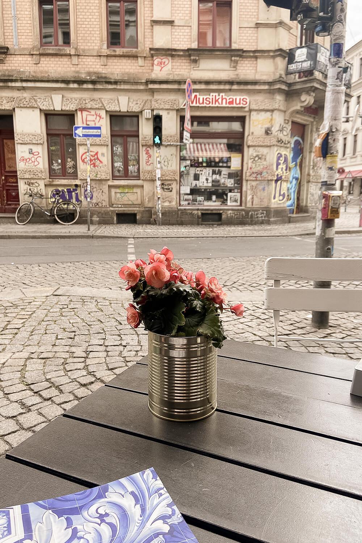 Blick auf die Louisenstraße von der Außengastro in der Dresdner-Neustadt