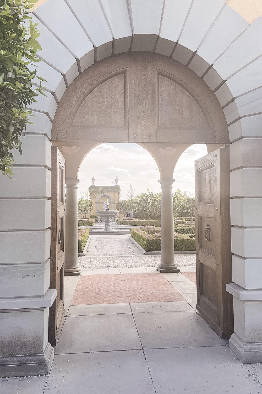 Eingang zum italienischen Garten in den Gärten der Welt