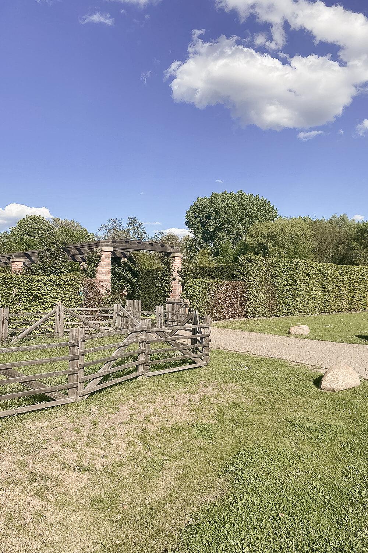 Eingang zum englischen Garten in den Gärten der Welt