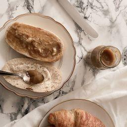 Rhabarbermarmelade auf Brötchen und Croissant