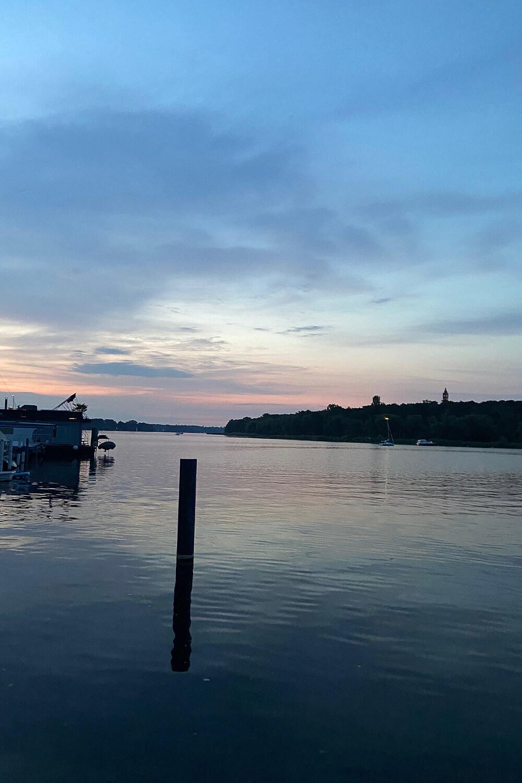 Blick auf die Havel bei Dämmerung von der Insel Lindwerder
