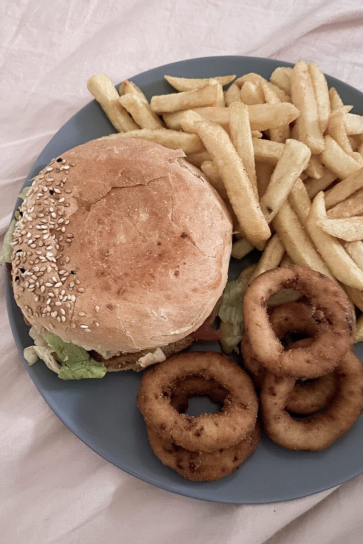 Burger, Pommes und Zwiebelringe vom Rebel Room im Wedding