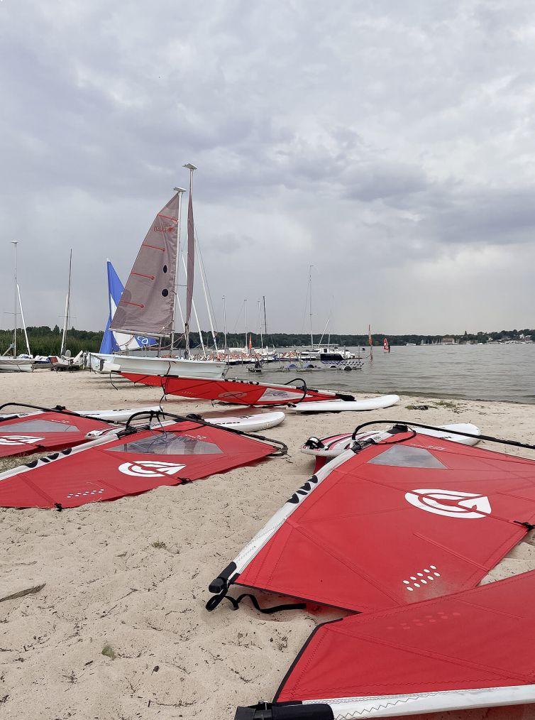 Windsurfequipments am Strand