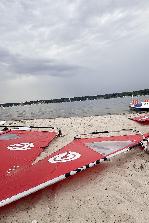 Segel und Surfboards am Strand vom Wannsee