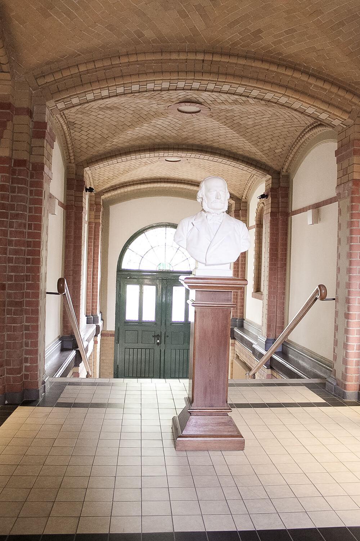Eingangsbereich Hauptgebäude Train-Kaserne