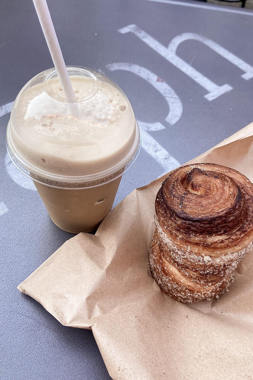 iced cappuccino + zimtschnecke im kaph in dublin